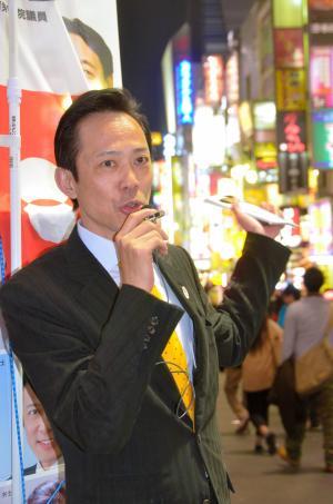 歌舞伎町で考えを訴える李小牧さん=2015年3月31日、新宿区