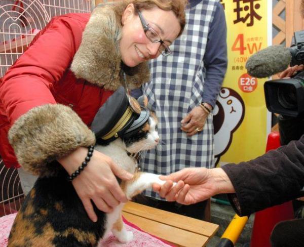 2010年4月2日 イタリア人記者の取材を受けたたま駅長=紀の川市貴志川町神戸