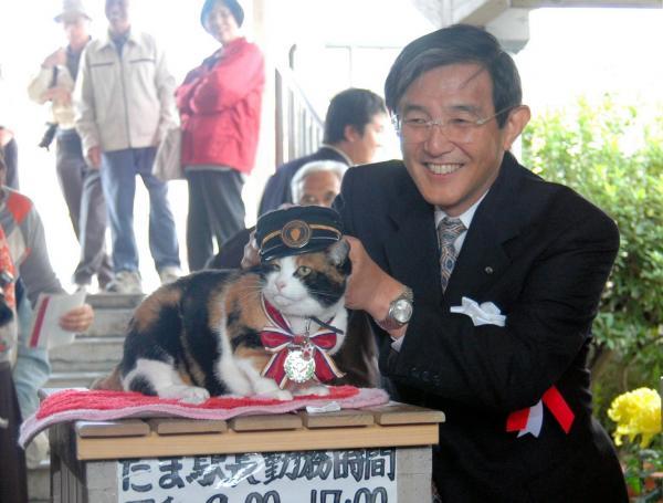 【2008年10月28日】和歌山県の仁坂吉伸知事から「ナイト」の称号と特製のメダルを贈られたたま駅長