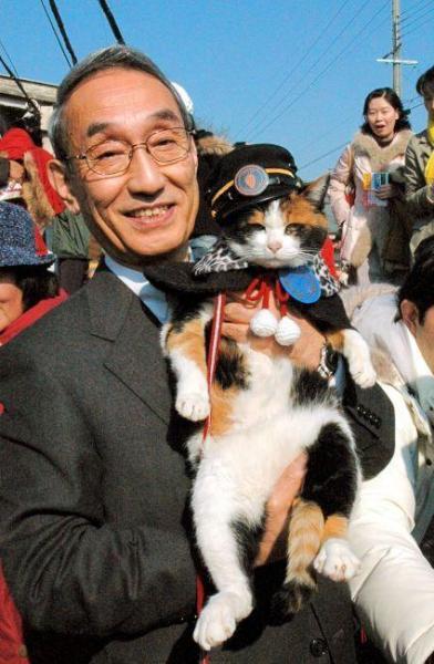 2008年1月5日 スーパー駅長に昇進したたまと小嶋光信社長=紀の川市貴志川町神戸