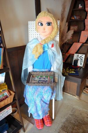 「アナと雪の女王」の主人公エルサを模した案山子=2014年10月7日、奈良県高取町