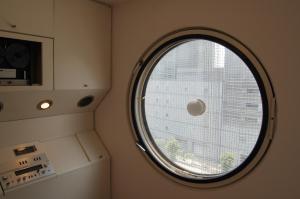 カプセルの内部、大きな円窓と、埋め込み式のオーディオ製品
