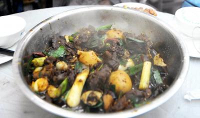 「犬肉はカロリーが高く、体が温まる」という中国江西省の南昌市で食べられている犬料理=2009年11月18日