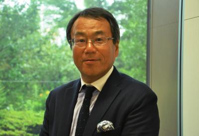 横山信治さん。2015年5月には共著で「ビジネスエリートは、なぜ落語を聴くのか?」を出版した