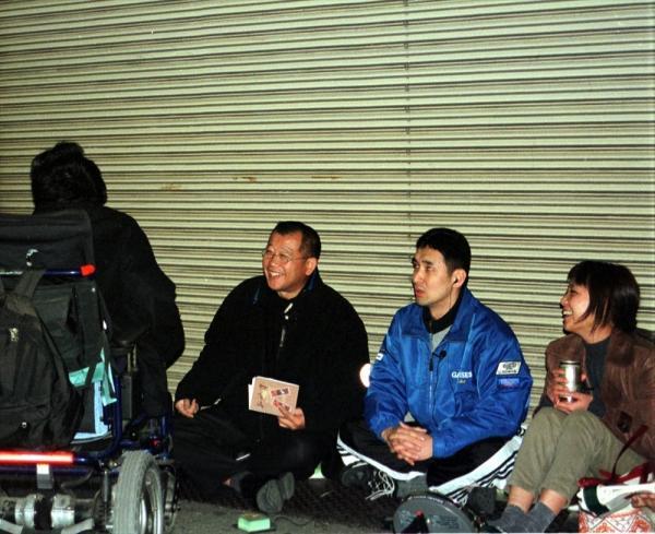 【2000年1月】ラジオ番組の収録で、通りかかった人たちと路上トークをする笑福亭鶴瓶さん