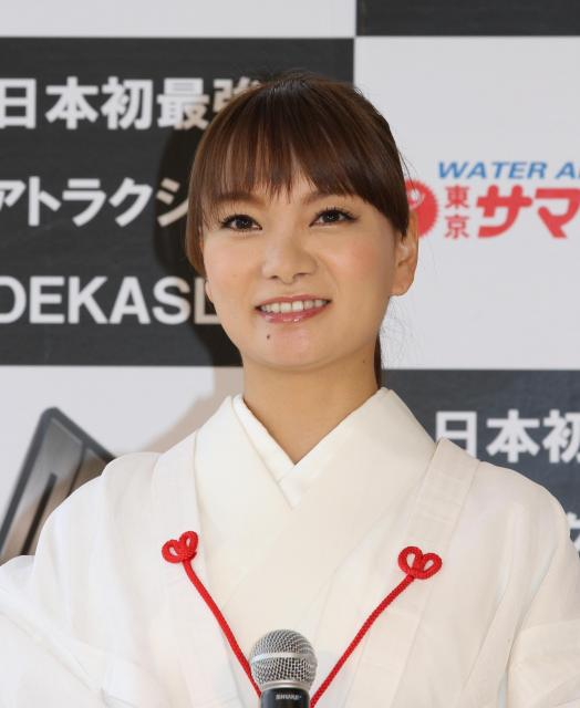 「ビキニが着られるようダイエットに励みたい」と話す保田さん=東京サマーランド