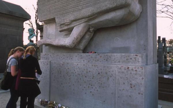 オスカー・ワイルドの墓。当時は犯罪だった同性愛行為のために投獄された=パリ・ペール・ラシェーズ墓地