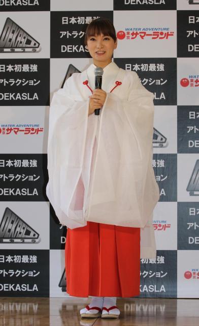 巫女(みこ)に扮した保田さん。「来年はおしゃれな水着を着たい」と宣言しました=東京サマーランド