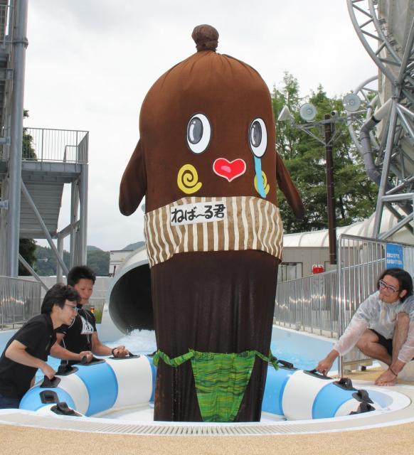 再び水着を披露しようとするねば~る君。体が水にぬれて思うように身長が伸びず=東京サマーランド
