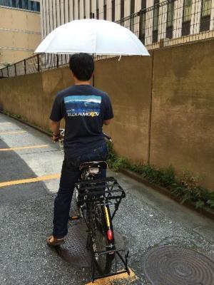 傘をさしながらの自転車はNGです