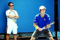 練習する錦織(右)とマイケル・チャン・コーチ=2015年1月、野田枝里子撮影