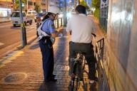 自転車運転者にルールを守るよう指導する警察官=2015年6月12日、大阪市東淀川区豊新5丁目