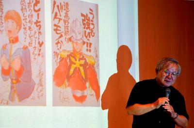 アムロやシャアなどガンダムの登場人物も引き合いに講演する安彦良和さん=2013年8月