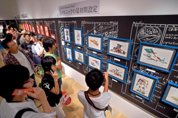 機動戦士ガンダム展で原画などを鑑賞する人たち=2014年8月、大阪市港区、筋野健太撮影