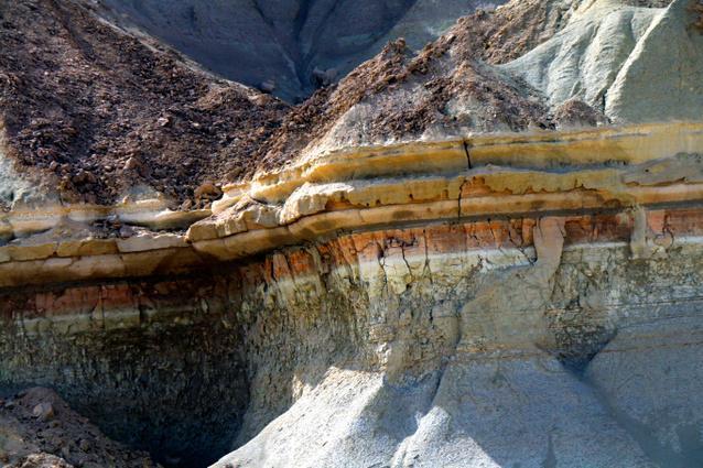 タンディス山峡の地層。赤、青、黄、白などの色に分かれている