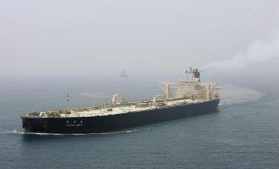 ホルムズ海峡を静かに航行する日本のタンカー=2006年5月、オマーン軍ヘリから、葛谷晋吾撮影