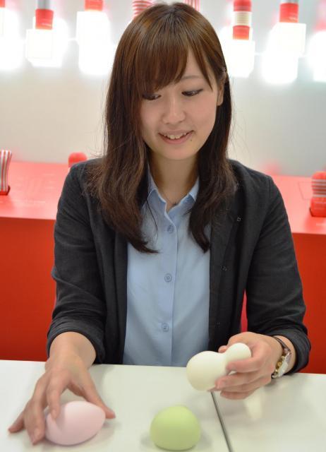 女性用ブランド「iroha」の説明をする広報宣伝部の工藤まおりさん=東京・中野