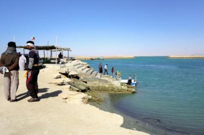 ゲシュム島南部の海岸。イラン側から見たホルムズ海峡