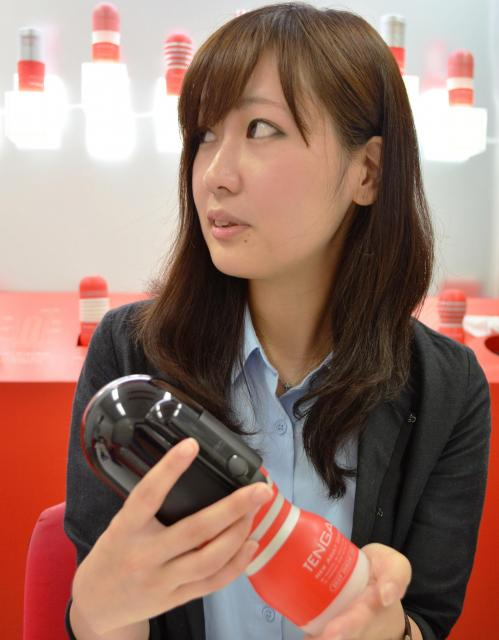 電動バキュームコントローラーの吸引力を説明する広報宣伝部の工藤まおりさん=東京・中野