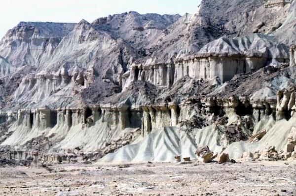 タンディス山峡。岩肌にシメジ型の柱を彫刻したようだが、自然につくられたもの