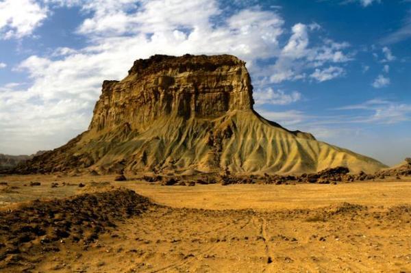 タンディス山峡にある岩山の一つ。見慣れない形をしている