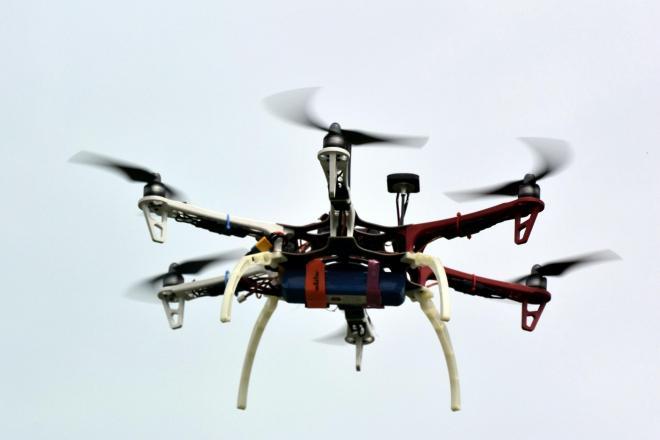 試験飛行するドローン。規制が進む日本だが、海外では活用方法を探る動きが活発化している