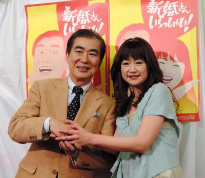 7代目パートナーの山瀬まみさん(右)と桂文枝さん=2006年4月27日