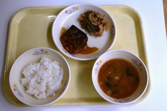 京都市の「和食給食」の献立。さばの梅煮と万願寺とうがらしのおかか煮、みそ汁、ご飯=6月2日