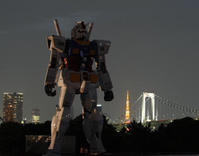 お台場に登場した「実物大」のガンダム像=2009年6月、東京都品川区東八潮