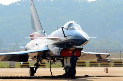 中国軍の主力戦闘機「殲10」=2014年11月、広東省珠海、倉重奈苗撮影