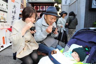 いい夫婦の日にちなんで、振る舞われたぜんざいを食べる家族連れ=2011年11月、大阪市中央区
