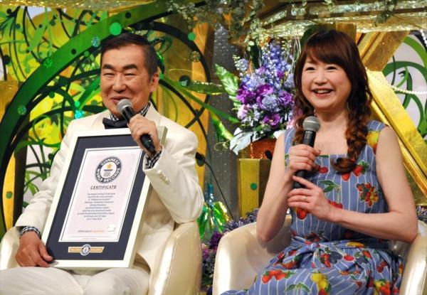 桂文枝さん(左)と山瀬まみさん=2015年7月