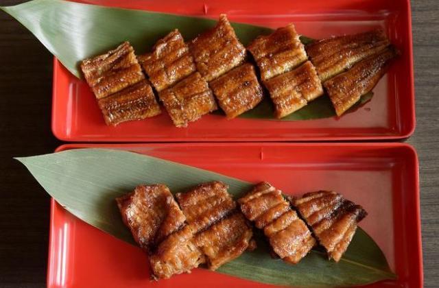 5月に奈良県内の鰻料理店で初めて試験販売されたナマズのかば焼き(下)。ウナギ(上)と見比べると、見た目も匂いもそっくり