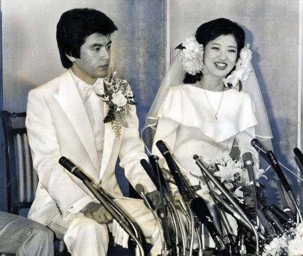 披露宴前の記者会見で、花嫁姿のままの百恵さんと、新郎の三浦友和さん=1980年11月