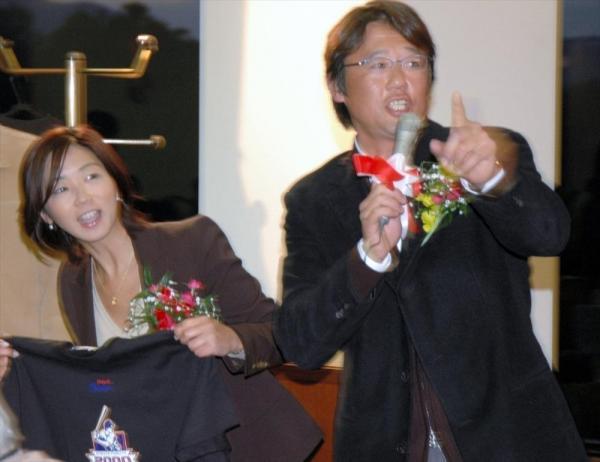 チャリティーオークションでTシャツの落札者を募る古田敦也さんと妻の中井美穂さん=2006年1月