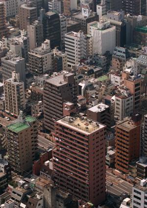 オフィス街に立ち並ぶマンション=東京都中央区。写真と本文とは関係ありません