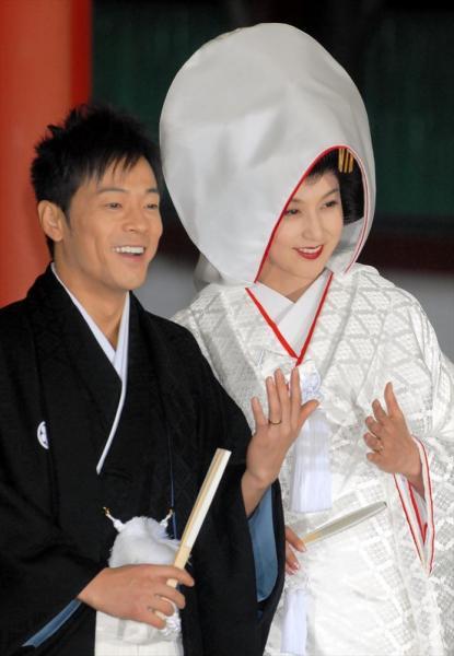 挙式後の会見で報道陣に結婚指輪を披露する藤原紀香さんと陣内智則さん=2007年2月