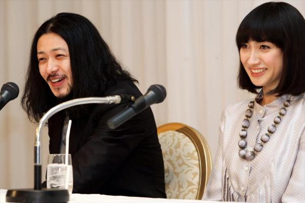 結婚発表するオダギリジョーさんと香椎由宇さん=2007年12月