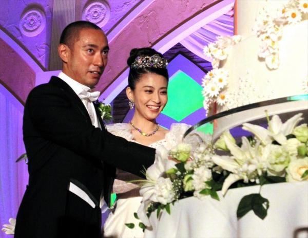 結婚披露宴で、ケーキに入刀する市川海老蔵さんと小林麻央さん=2010年7月