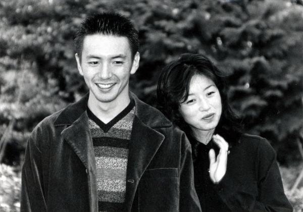 都内で結婚記者会見を開いた高岡早紀さんと俳優の保阪尚輝さん=1996年11月