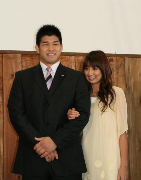 柔道の井上康生とタレントの東原亜希さん 結婚会見 神奈川県=2008年1月
