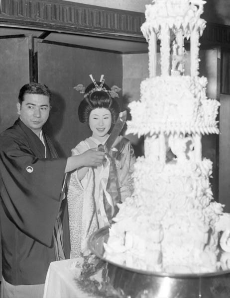 勝新太郎さんと中村玉緒さんの結婚式でのケーキ入刀=1962年2月