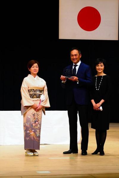 魚沼市名誉市民の称号を受けた渡辺謙さん(中央)。右は妻の俳優南果歩さん=2014年11月、魚沼市の小出郷文化会館、魚沼市提供