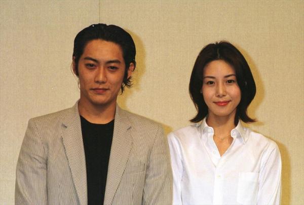 結婚を発表する松嶋菜々子さん(右)と反町隆史さん=2001年2月
