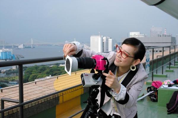 篠原ともえさん。宇宙観測好きで知られる。カメラのフィルターはお手製=2005年3月9日