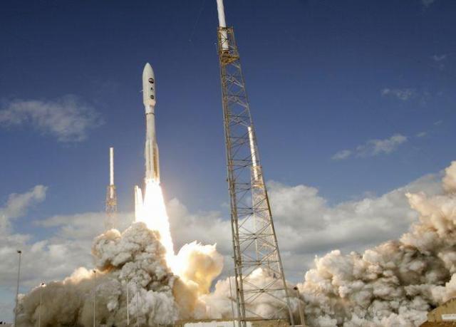 「ニューホライズンズ」を載せて打ち上げられたアトラス5ロケット=米フロリダ州ケープカナベラル空軍基地、ロイター
