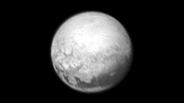 NASAの無人探査機「ニューホライズンズ」から届いた冥王星の画像。約540万キロの場所から9日に撮影された=NASA提供