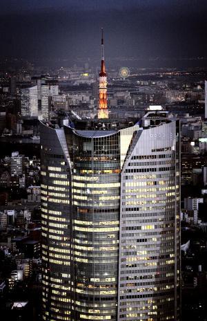 甲冑(かっちゅう)のような姿で、薄暮に浮かび上がる六本木ヒルズ・森タワー=2004年12月