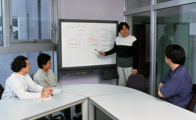 プログラマーとしての凄腕と、柔軟な発想で知られた岩田社長=2004年6月