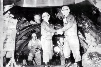 青函トンネルが貫通し握手する日本鉄道建設公団の篠原武司総裁と藤田青函建設局長(左)=1976年7月
